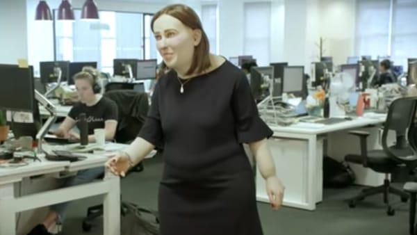 Gobbo, obeso e con gli occhi rossi: ecco Emma, il prototipo dell'impiegato del futuro