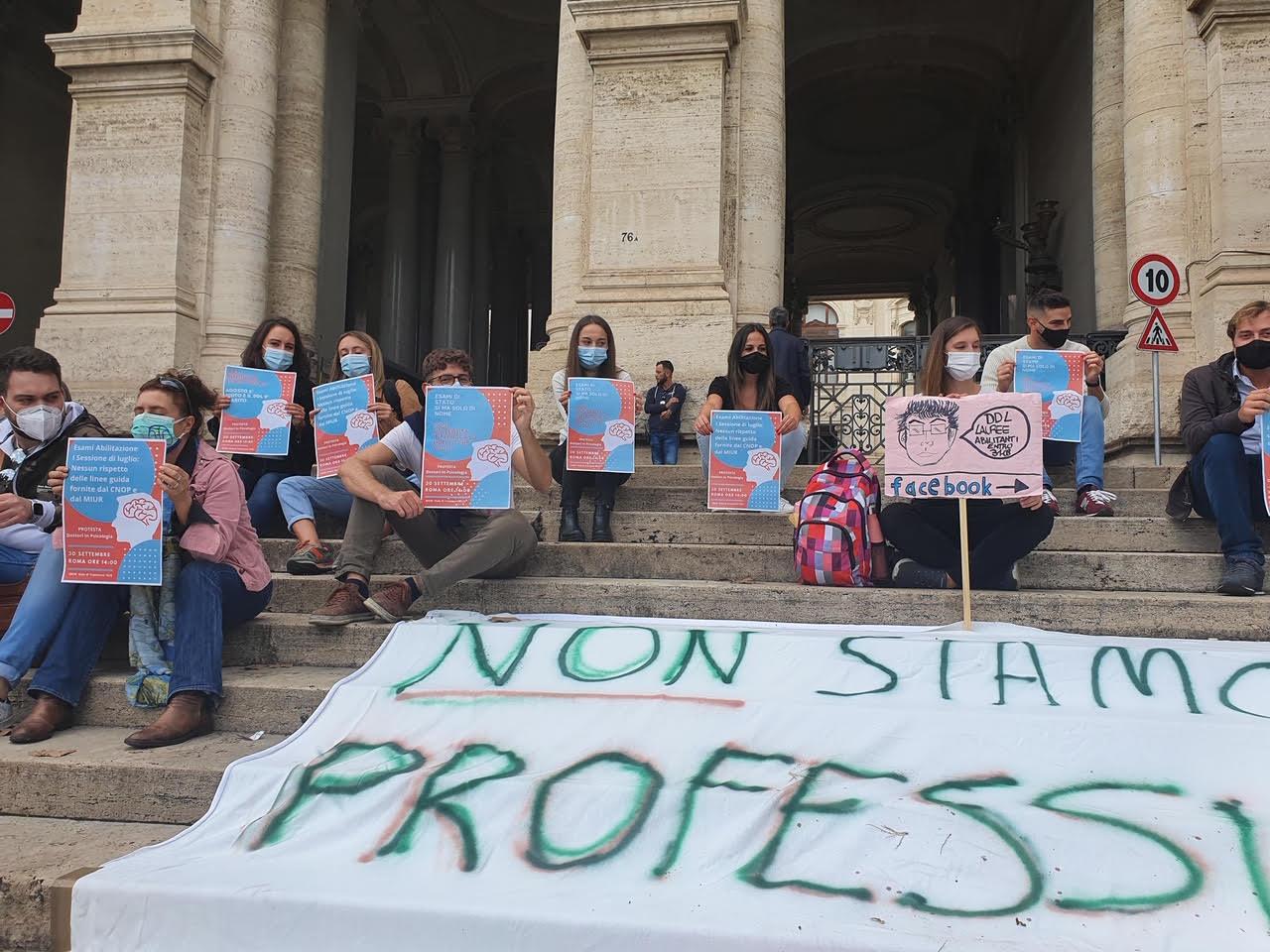 """Psicologi in piazza contro il ministro Manfredi: """"Non ha rispettato le promesse"""""""